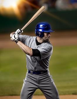 Joueur de baseball sur un uniforme bleu sur le stade de baseball.