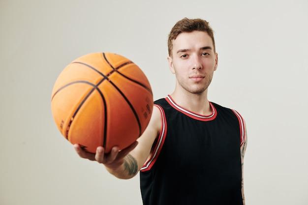 Joueur de basket-ball caucasien sérieux