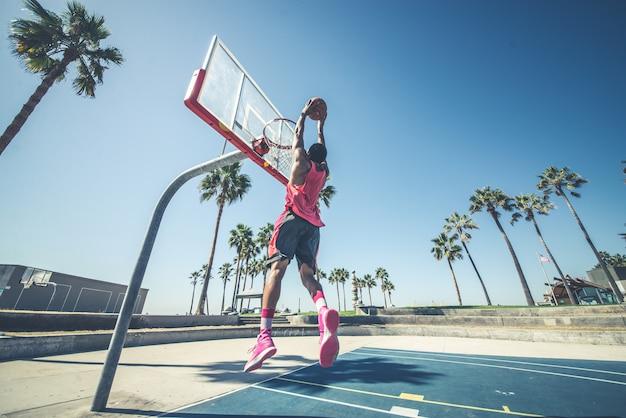 Joueur de basket-ball faisant un dunk