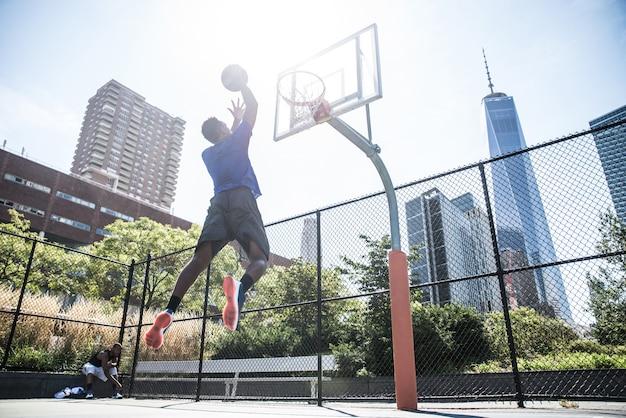 Joueur de basket-ball jouant à l'extérieur
