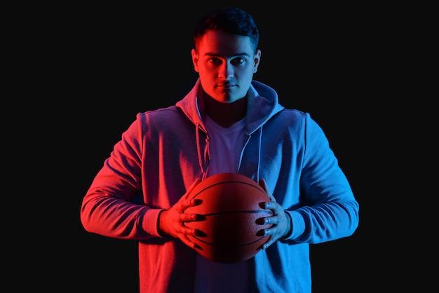 Joueur de basket-ball masculin sur dark