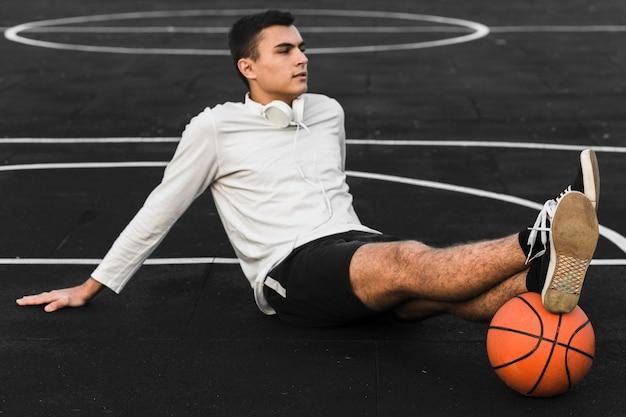 Joueur de basket-ball relaxant sur le court