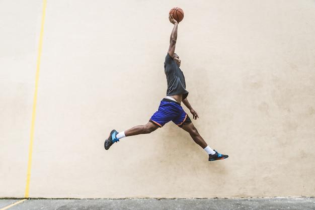 Joueur de basket-ball s'entraînant à l'extérieur