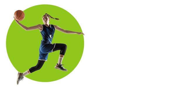Joueur de basket professionnel pratiquant. entraînement de sportive sur fond blanc, flyer pour votre annonce. concept de compétition, sport, mode de vie sain, action, mouvement et mouvement. conception géométrique.