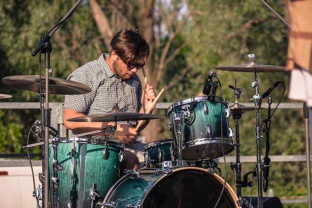 Joueur de batteur actif lors d'un concert en plein air