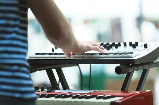 Joueur de clavier d'un groupe pop lors d'un spectacle