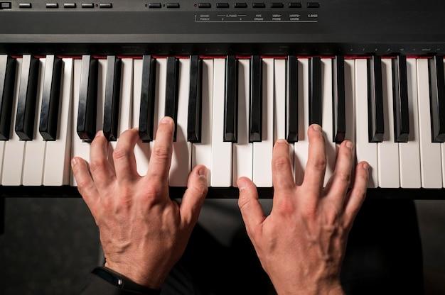 Joueur de clavier professionnel en gros plan vue de dessus