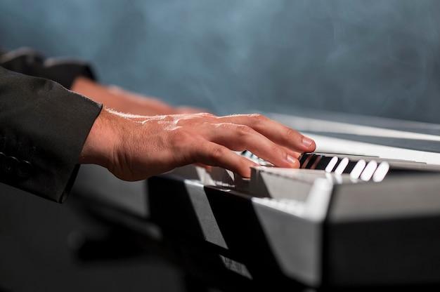 Joueur de clavier professionnel en gros plan