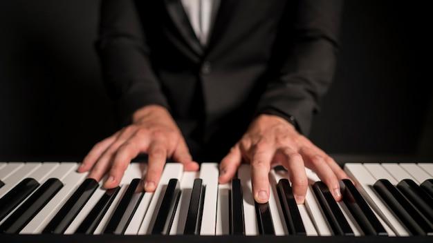 Joueur de clavier professionnel vue de face en gros plan