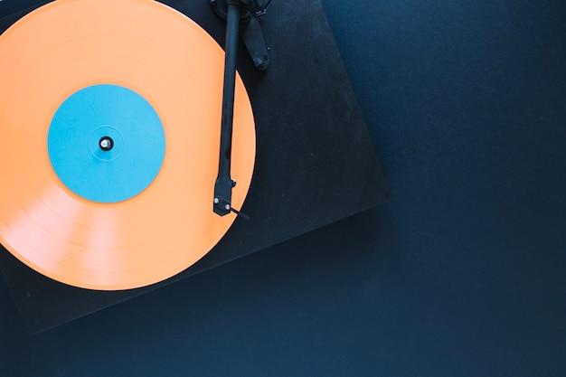 Joueur de disque sur fond noir