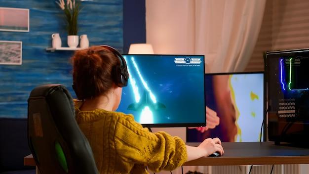 Joueur d'e-sport se produisant lors d'un tournoi de jeux sur pc