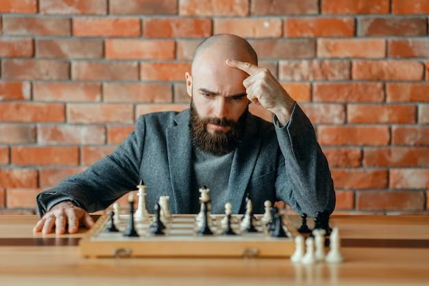 Le joueur d'échecs a compris qu'il avait perdu, échec et mat