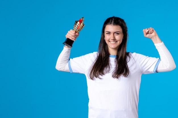 Joueur féminin vue de face avec tasse