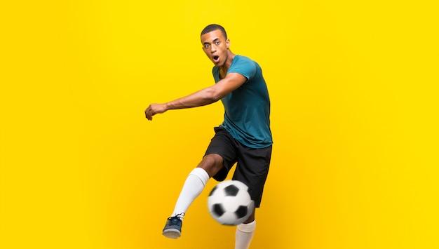 Joueur de football afro-américain homme sur jaune