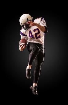 Joueur de football américain en action. saut en hauteur du joueur de football américain