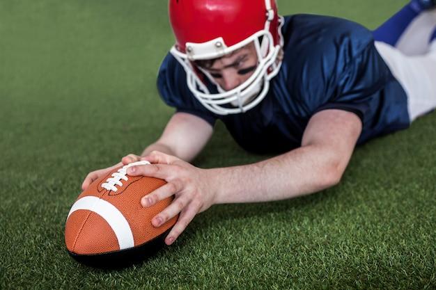 Joueur de football américain marquant un touché