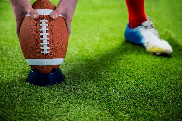 Joueur de football américain prépare pour un coup de pied