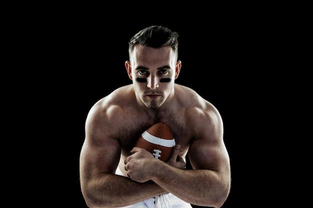 Joueur de football américain torse nu avec ballon