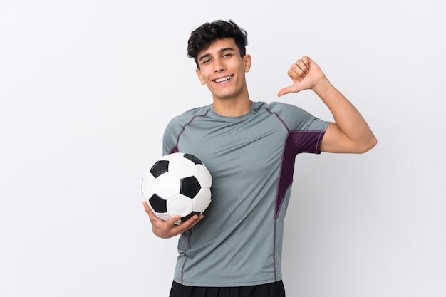 Joueur de football argentin homme sur mur blanc isolé fier et satisfait