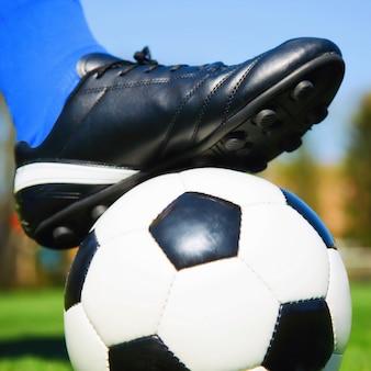 Joueur de football avec ballon de football