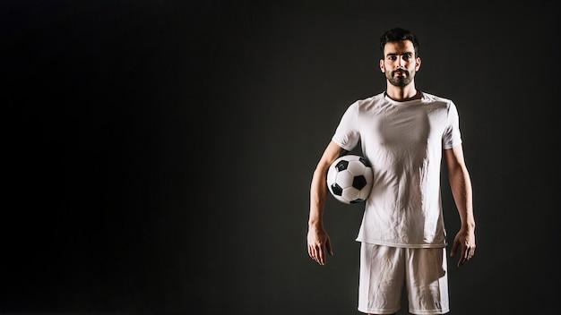 Joueur de football avec ballon