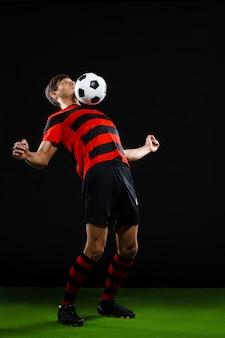 Joueur de football confiant avec ballon, jouer au football