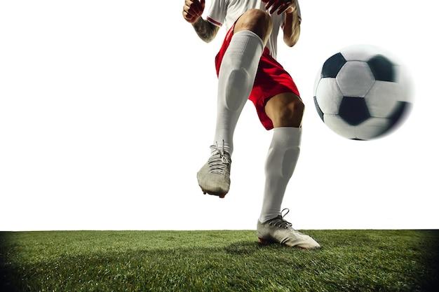 Joueur de football ou de football sur le concept d'activité d'action de mouvement de fond blanc