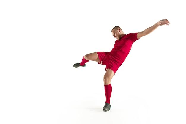 Joueur de football football professionnel en mouvement isolé sur fond de studio blanc