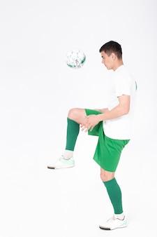 Joueur de football jonglant ballon