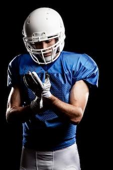 Joueur de football avec numéro sur un uniforme bleu.