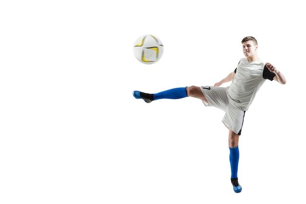 Joueur de football prêt à frapper la balle