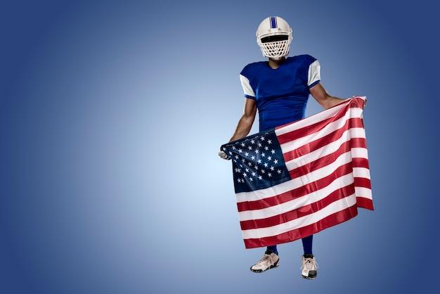 Joueur de football avec un uniforme bleu et un drapeau américain, sur un mur bleu