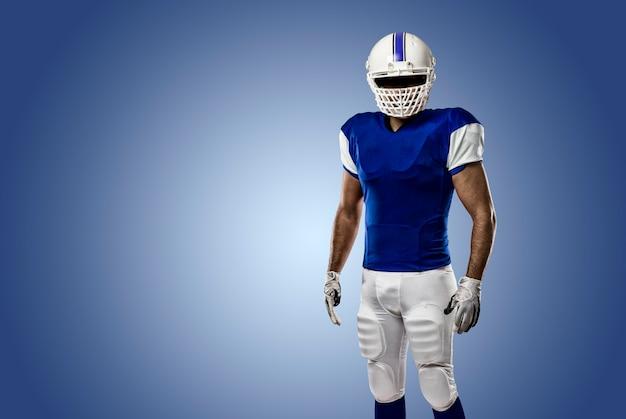 Joueur de football avec un uniforme bleu sur un mur bleu