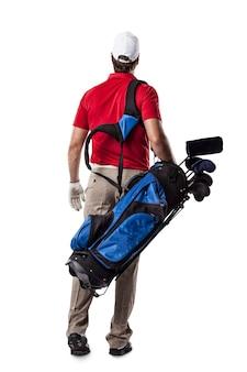 Joueur de golf dans une chemise rouge marchant avec un sac de clubs de golf sur son dos, sur un espace blanc.