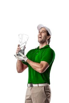 Joueur de golf dans une chemise verte célébrant avec un trophée de verre dans ses mains, sur fond blanc.