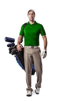 Joueur de golf dans une chemise verte marchant avec un sac de clubs de golf sur le dos, sur un fond blanc.