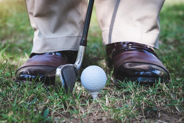Joueur de golf debout sur terrain pour jouer au golf sur un tee