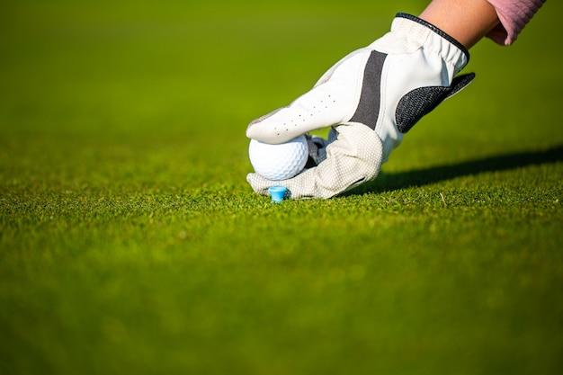 Joueur de golf professionnel femme jouant match de compétition de golf, concept de sport professionnel