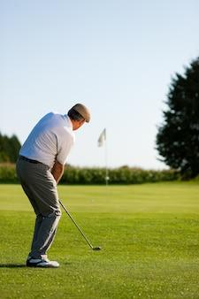 Joueur de golf senior en été