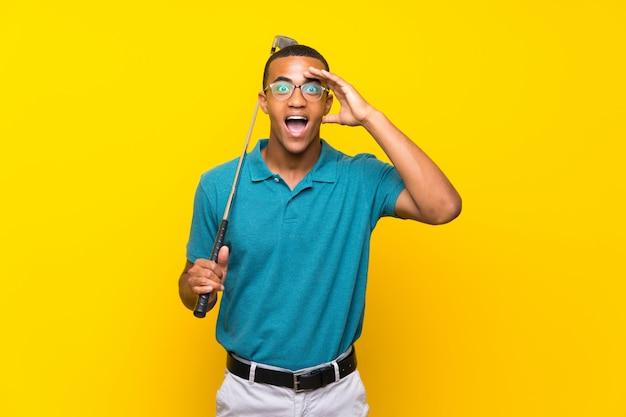 Joueur de golfeurs afro-américains avec surprise et expression faciale choquée