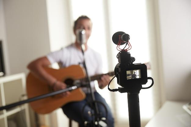 Joueur de guitare enregistrant au home studio