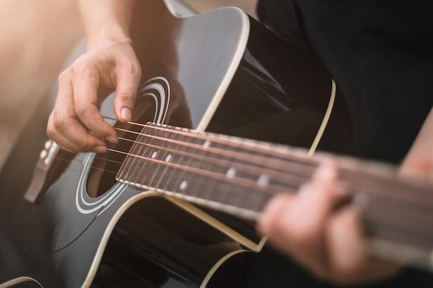 Joueur guitare, guitare acoustique, gros plan