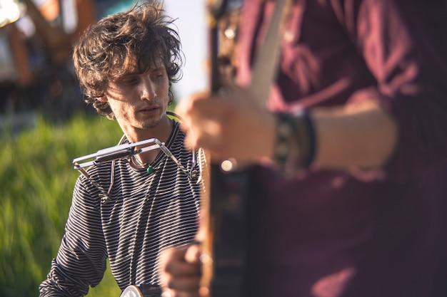 Joueur d'harmonica en direct sous la lumière du coucher du soleil