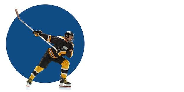 Joueur de hockey professionnel pratiquant. entraînement sportif sur fond blanc, flyer pour votre annonce. concept de compétition, sport, mode de vie sain, action, mouvement et mouvement. conception géométrique.