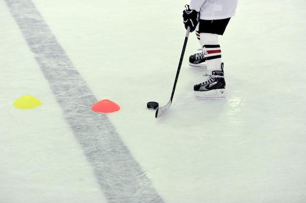 Joueur de hockey avec la rondelle à l'entraînement
