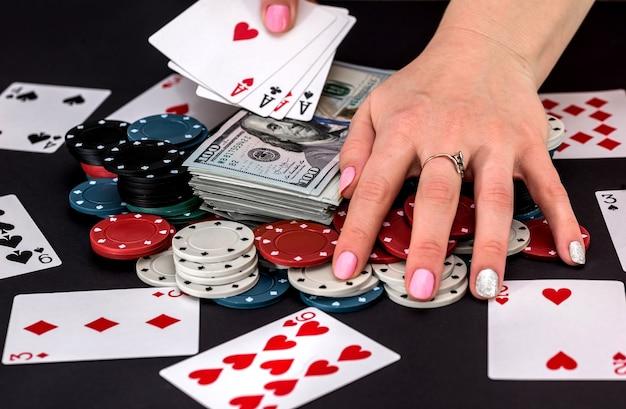 Joueur avec des jetons, des cartes et de l'argent