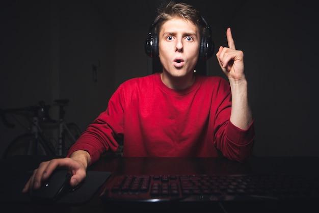 Le joueur joue sur l'ordinateur levez le pouce, il a une idée