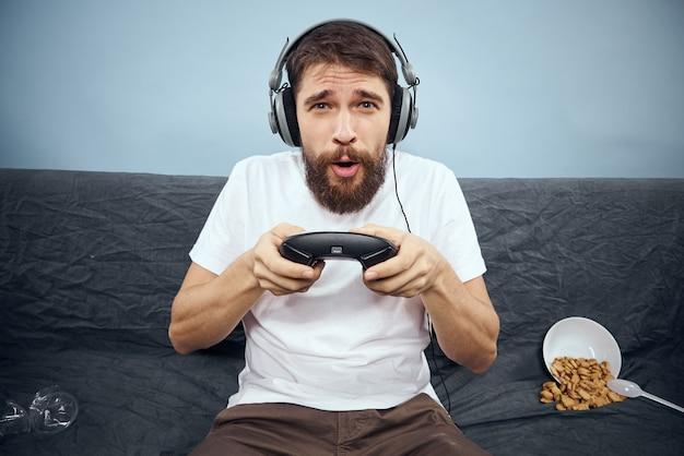 Joueur masculin jouant une console avec joysticks