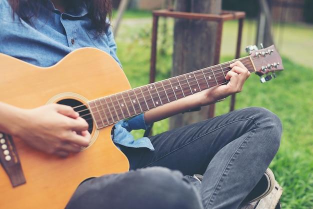Joueur occasionnel classique en bois guitare