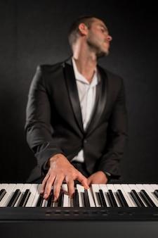 Joueur de piano ressentant la musique